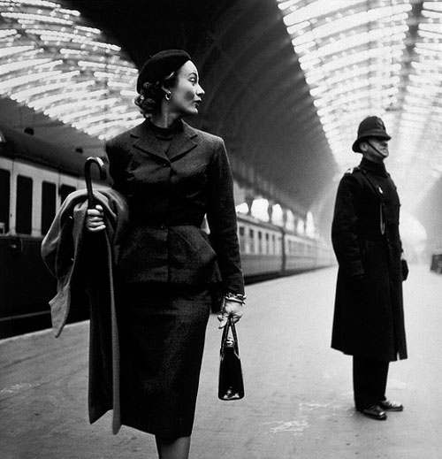 Passing in Victoria Station, London (1951)/ Public Domain / Taken from the Toni Frissell Collection