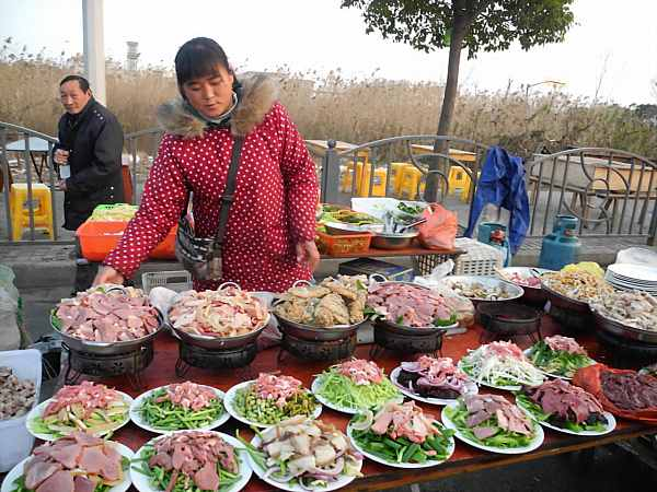 migrant-worker-serving-food-shanghai