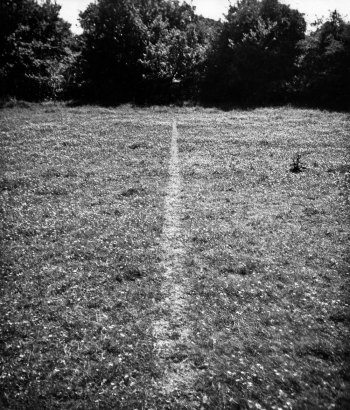 (4) A line made by walking av Richard Long (1967).