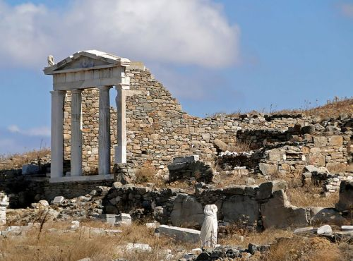 Temple of Isis, Delos By Bernard Gagnon (Own work) [CC BY-SA 3.0 (http://creativecommons.org/licenses/by-sa/3.0) or GFDL (http://www.gnu.org/copyleft/fdl.html)], via Wikimedia Commons