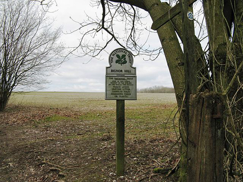 National Trust sign on Bignor Hill © Dave Spicer [CC-BY-SA-2.0 (http://creativecommons.org/licenses/by-sa/2.0)], via Wikimedia Commons