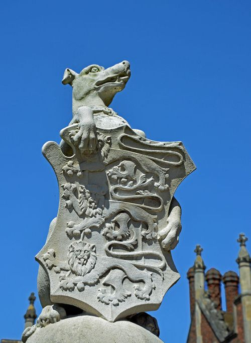 The greyhound, one of the Queen's Beasts By Duncan Harris from Nottingham, UK (The Queen's Beasts) [CC-BY-2.0 (http://creativecommons.org/licenses/by/2.0)], via Wikimedia Commons