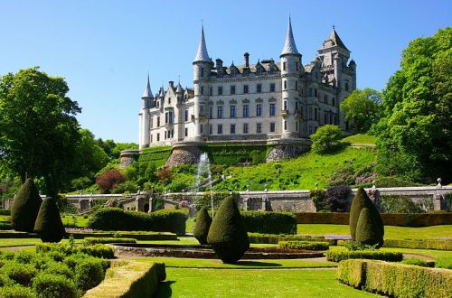 Dunrobin Castle By jack_spellingbacon (originally posted to Flickr as Dunrobin castle) [CC-BY-2.0 (http://creativecommons.org/licenses/by/2.0)], via Wikimedia Commons