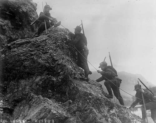 Italian alpine troops fighting in the First World War Agence Rol [Public domain or Public domain], via Wikimedia Commons