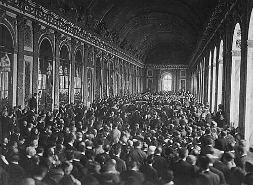 Signing of the Treaty of Versailles in the Hall of Mirrors By Helen Johns Kirtland (1890-1979) and Lucian Swift Kirtland (died 1965) (US National Archives) [Public domain], via Wikimedia Commons