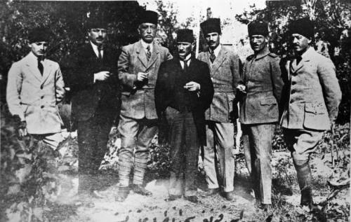 Prominent nationalists at the Sivas congress. Left to right: Muzaffer Kılıç, Rauf (Orbay), Bekir Sami (Kunduh), Mustafa Kemal (Atatürk), Ruşen Eşref (Ünaydın), Cemil Cahit (Toydemir), Cevat Abbas (Gürer) See page for author [Public domain], via Wikimedia Commons