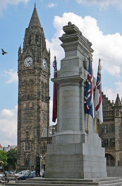 Rochdale Town Hall and Rochdale War Memorial in Rochdale, Greater Manchester, England By Tim Green [CC-BY-2.0 (http://creativecommons.org/licenses/by/2.0)], via Wikimedia Commons