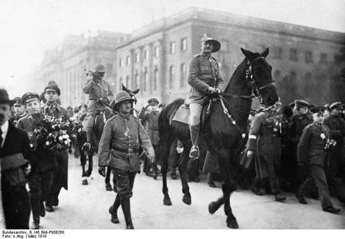 General Paul von Lettow-Vorbeck on his triumphant march through Berlin Bundesarchiv, B 145 Bild-P008268 / CC-BY-SA [CC-BY-SA-3.0-de (http://creativecommons.org/licenses/by-sa/3.0/de/deed.en)], via Wikimedia Commons