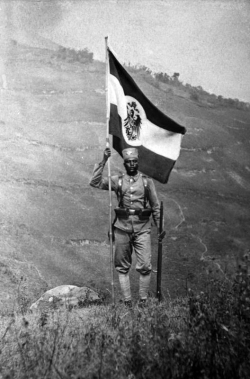 Deutsch-Ostafrika, Askari Standard Bearer Bundesarchiv, Bild 105-DOA6369 / Walther Dobbertin / CC-BY-SA [CC-BY-SA-3.0-de (http://creativecommons.org/licenses/by-sa/3.0/de/deed.en)], via Wikimedia Commons