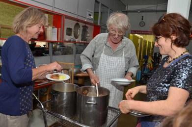 Essenspause während der GV: Moni Rast, Werni Meyer und Gabi Copes beim Service.