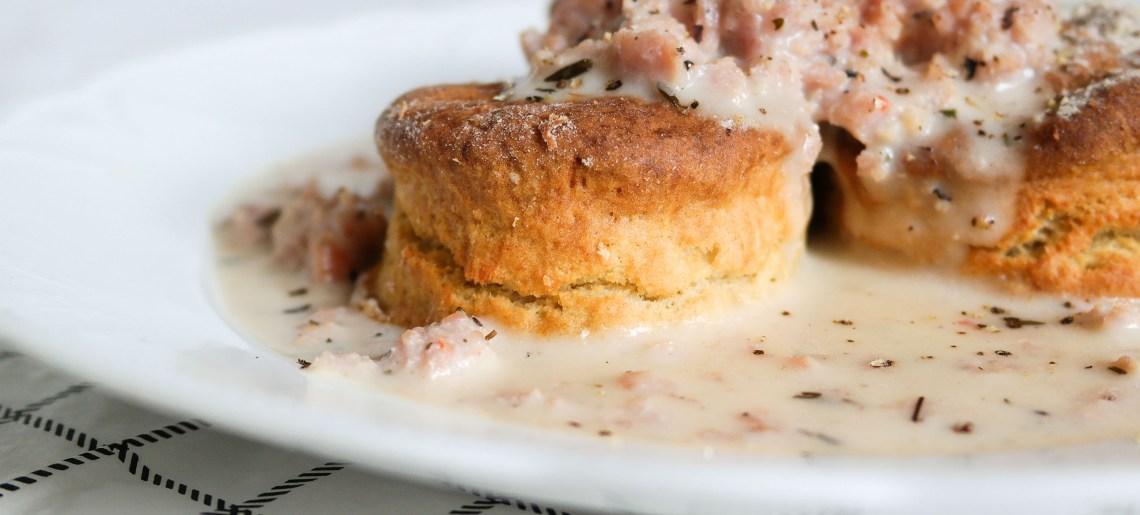 Buttermilk Biscuits & Sausage Gravy aka biskitit ja makkarasoossi