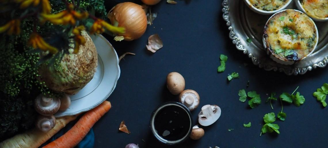 Vegaaninen shepherd's pie sienillä, portterilla ja juureksilla