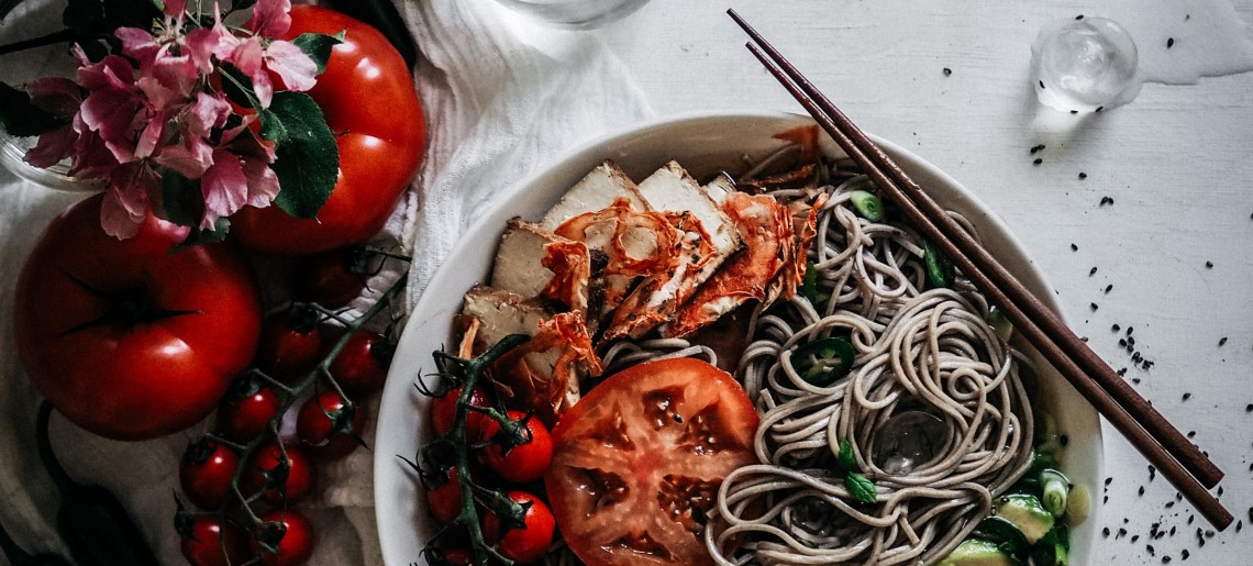 Kylmät nuudelit yuzuliemellä & tomaateilla