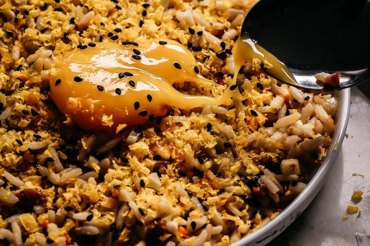kylmä riisisalaatti soijamarinoidulla ja graavatulla keltuaisella