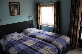 Slaapkamer met twee eenpersoons boxspings