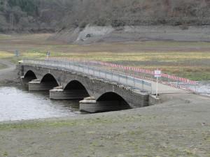 De brug in Asel Sud is alleen bij laagwater te zien