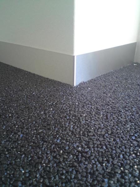 Rvs plinten erg mooi tegen uw gietvloer en grindvloer