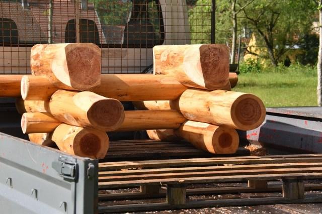La structure support du plateau est en pin douglas, un résineux dont le bois de cœur ou duramen de couleur rouge est sec et riche en tanins et résines. Ces substances naturelles confèrent au bois une haute résistance aux