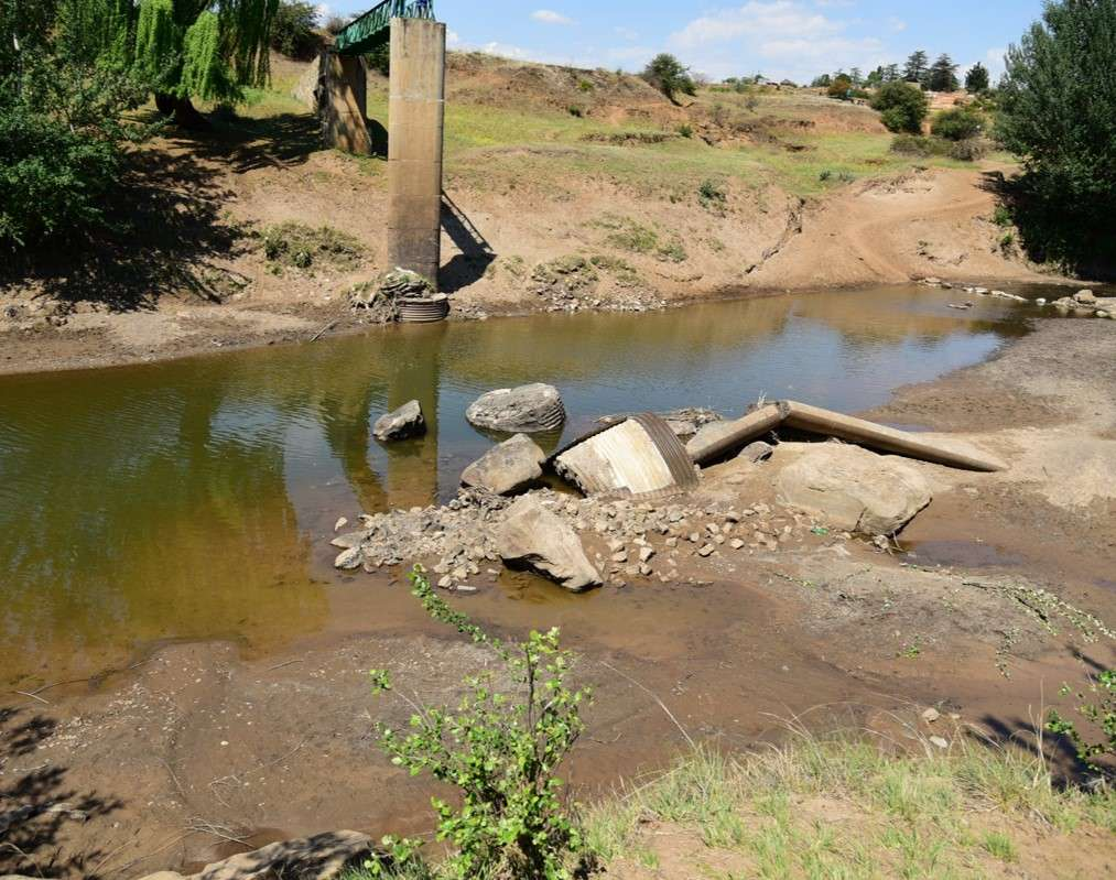 Příklad spadlé lávky. Je nutná přestavba nástavby, aby se prodloužila délka rozpětí, tím se omezí zakládání náplav v korytech řek.