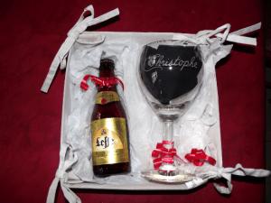 Panier composé d'un verre à Leffe 25cl gravé prénom personnalisable et sa petite bière Leffe 25cl