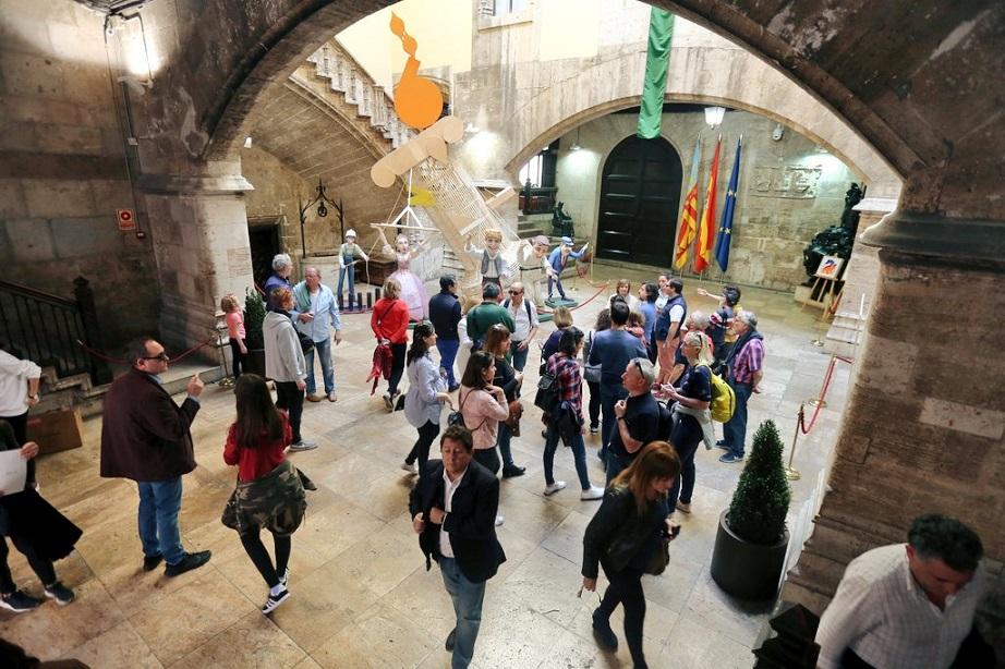 El Palau de la Generalitat se abre en Fallas con ninots, instalaciones y regalos para sus visitantes