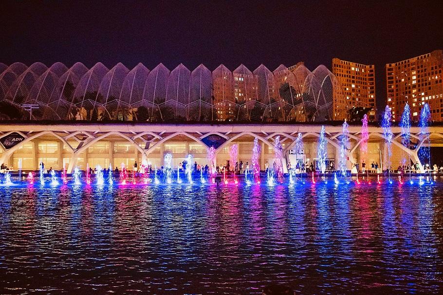 El lago de l'Hemisfèric acoge un espectáculo de agua, luz y sonido con las esculturas de Tony Cragg