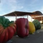 Las frutas y verduras gigantes de HortAttack llegan a La Marina de Valencia