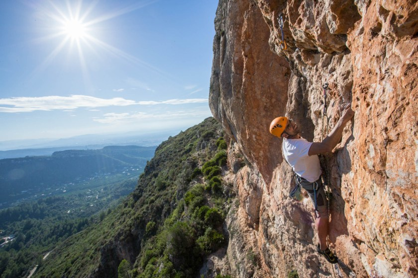 Vicent climbing in Tallat Roig (Alzira).