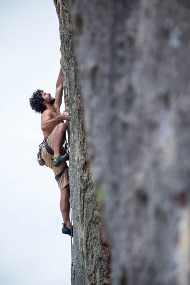 Raúl climbing in Jerica.