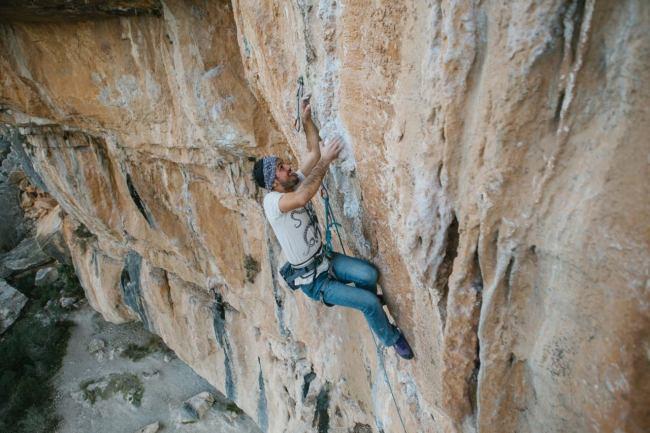 Pablo escalando la vía Desplomababa (7a+) en el sector Tío José (Chulilla).