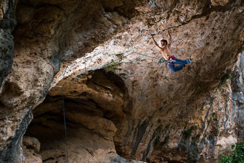 Eric escalando en el sector Pilas Alcalinas (Montanejos).