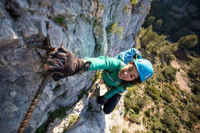 Sabrina escalando la vía ferrata del Aventador (90m, K3).