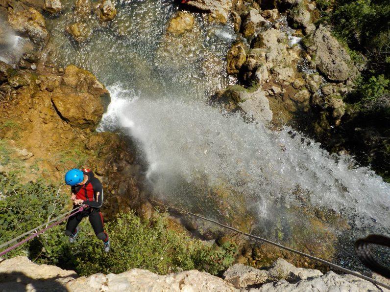 Descenso en rápel al lado de la cascada.