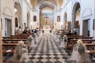 chiesa addobbata vuota
