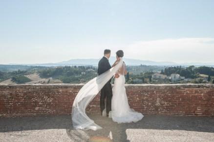 sposi presi da dietro al vento
