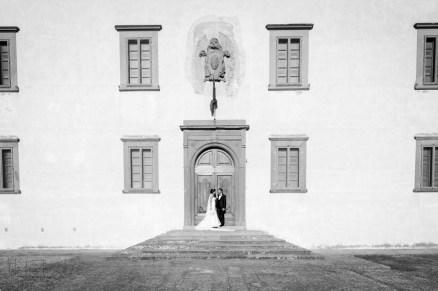 inquadratura architettonica con gli sposi
