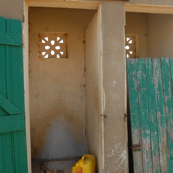 Toilettes de l'école d'un petit village dans le Sine Saloum, Sénégal