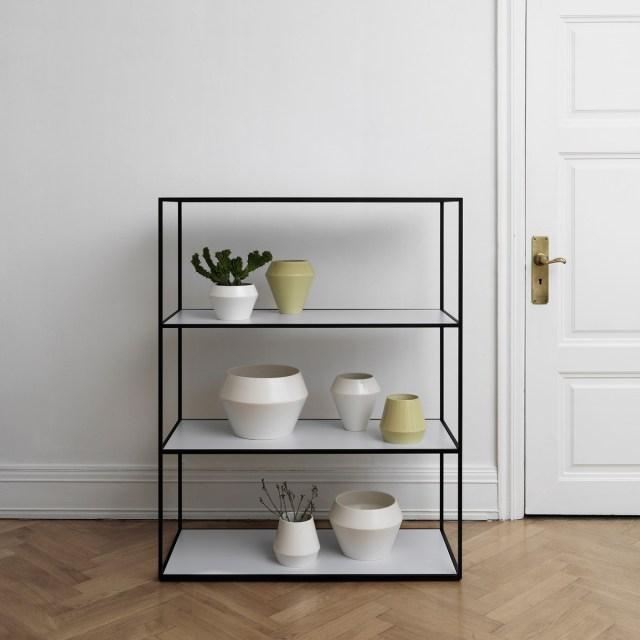 byLassen-Twin-Bookcase-Black-Rimm-Vase-Flowerpot-Ambiente-01