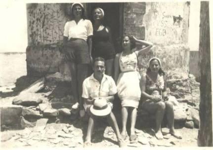 Nita Zapata, Josefa Pepa Benavides, Arguedas, Blanca Vy Celia Bustamante en el viejo faro de Puerto Supe, c. 1948.  foto de szyszloarchivo blanca varela