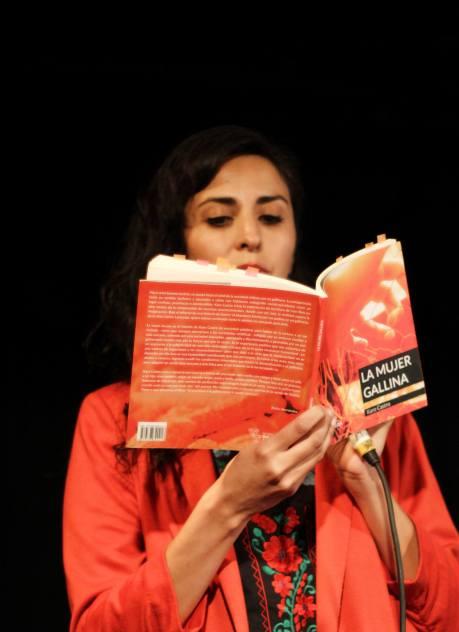 La poeta leyendo
