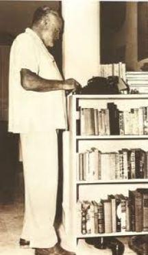 Ernest Hemingway de quien se dice que no escribía una línea sin estar de pie frente a su máquina, nunca sentado.