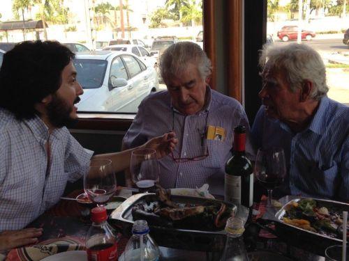 3 poetas conversan (de izq. a der.) Ernesto Carrión (Ecuador), Antonio Gamoneda (España) y Rodolfo Hinostroza (Perú).