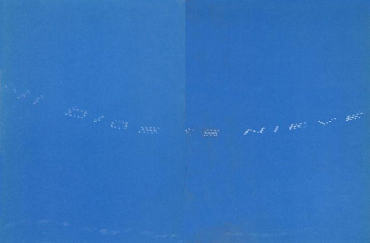 """""""Mi dios es hambre"""" verso de Raúl Zurita escrito con humo de aviones en el cielo."""