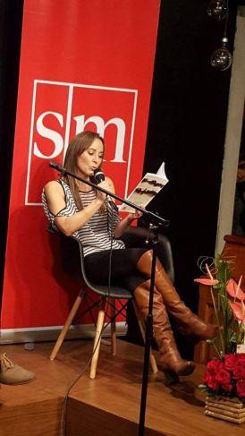 La escritora Marialuz Albuja leyendo.