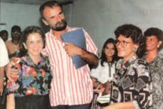 El poeta Gómez Jattin rodeado por amigos