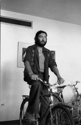 El escritor Julio Cortázar en bicicleta. C. 1965