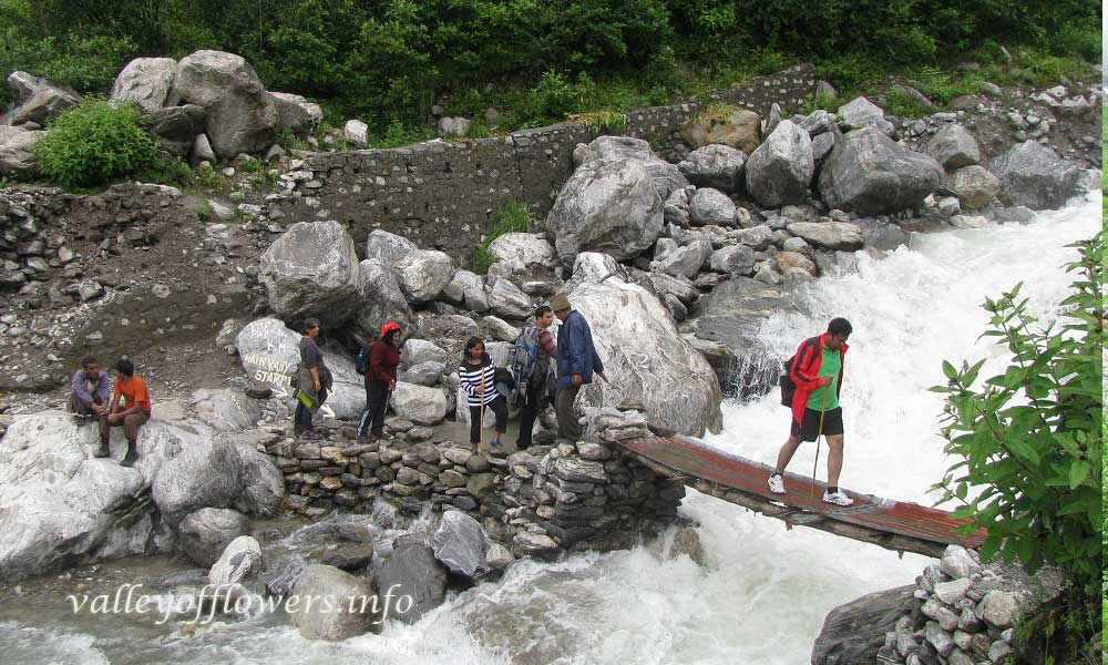 Near the official starting point of the valley. Just after crossing this temporary bridge the valley starts.