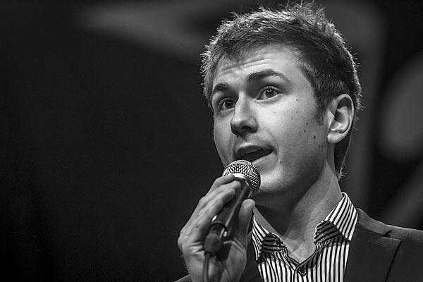 Antti Annola lauloityylikkäästi  Sinatran tyylillä.