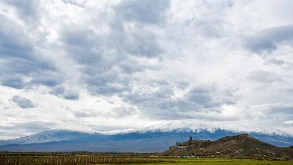 Taustalla Ararat-vuori ja edessä Khor Virapin-luostari