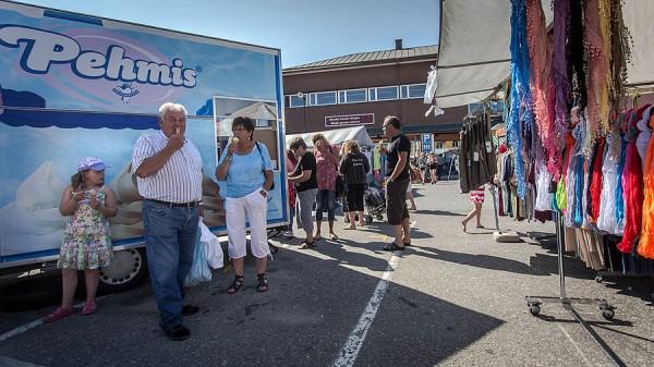 Jäätelön myyntiä Kristiinankaupungin kesämarkkinoilla